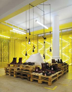 Il sistema espositivo su pallet del Dr.Martens Temporary Store di Londra