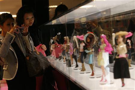 Visitatrici del Flagship Store dedicato a Barbie a Shanghai in un'immagine di Royston Chan per Reuters