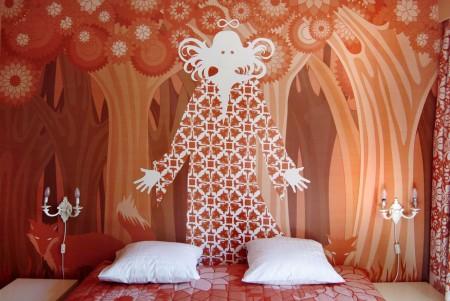 La parete principale della camera 217 dell'Hotel Fox disegnata da Briget Amadori