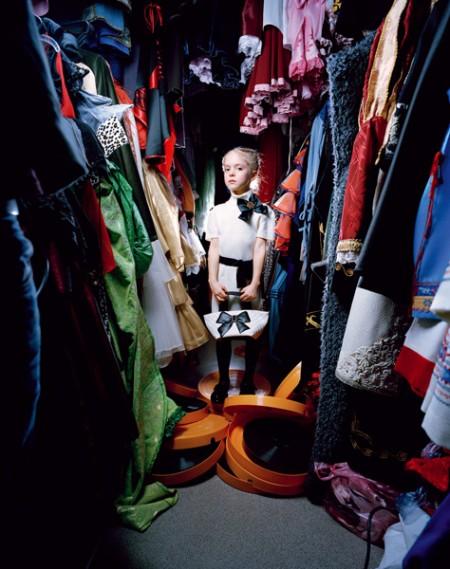 una foto del libro Little Adults di Anna Skladmann