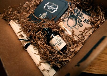 """Il packaging di Kraken Rum durante un """"unboxing"""""""