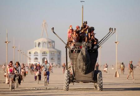 Burning Man 2012: partecipanti al festival su un veicolo mutante.