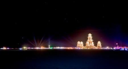 Burning Man 2011: nella notte l'architettura del tempio risalta nel Black Rock Desert in Nevada