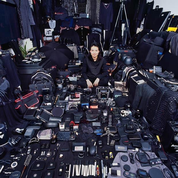 La fotografa coreana JeongMee Yoon circondata dai suoi effetti personali di colore nero