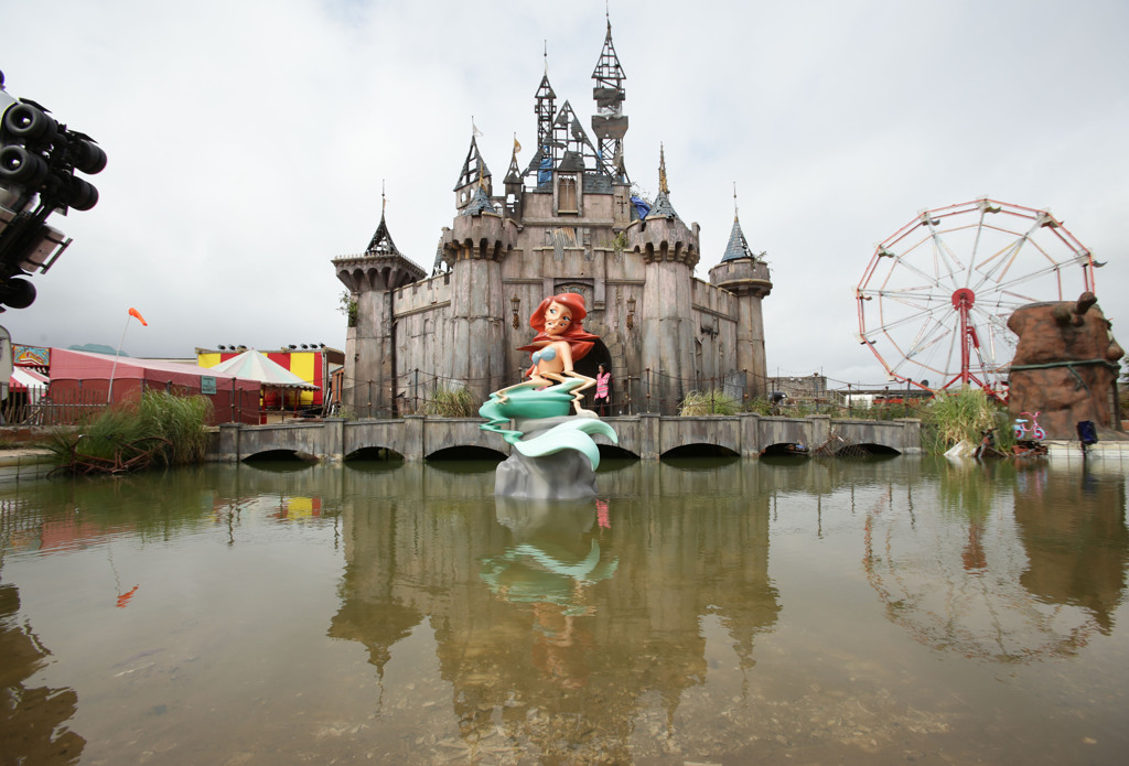 Il Castello di Cenerentola: una delle attrazioni create da Banksy a Dismaland - Carefully selected by Gorgonia www.gorgonia.it