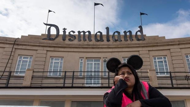Dismaland worker - Carefully selected by Gorgonia www.gorgonia.it