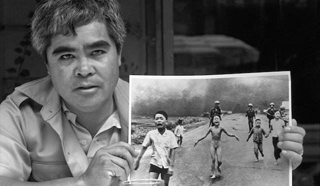 """Il fotografo Nick Ut e la celebre foto """"Napalm Girl"""" simbolo della guerra del Vietnam del 1972"""