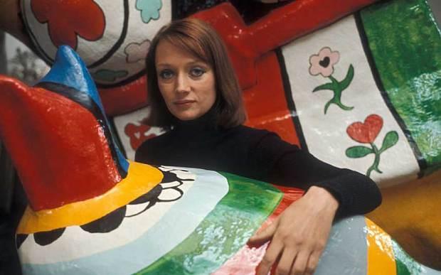 Un ritratto di Niki de Saint Phalle tra le sue opere - Carefully selected by Gorgonia www.gorgonia.it