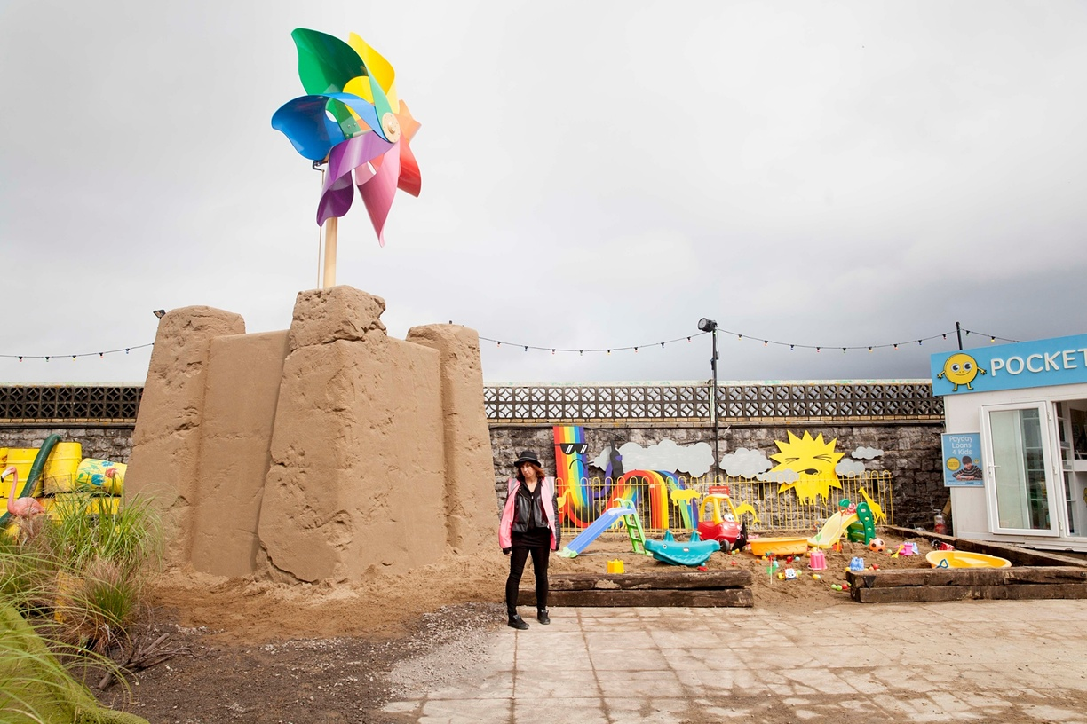 Giant Pin Wheel: una delle attrazioni create da Banksy a Dismaland - Carefully selected by Gorgonia www.gorgonia.it