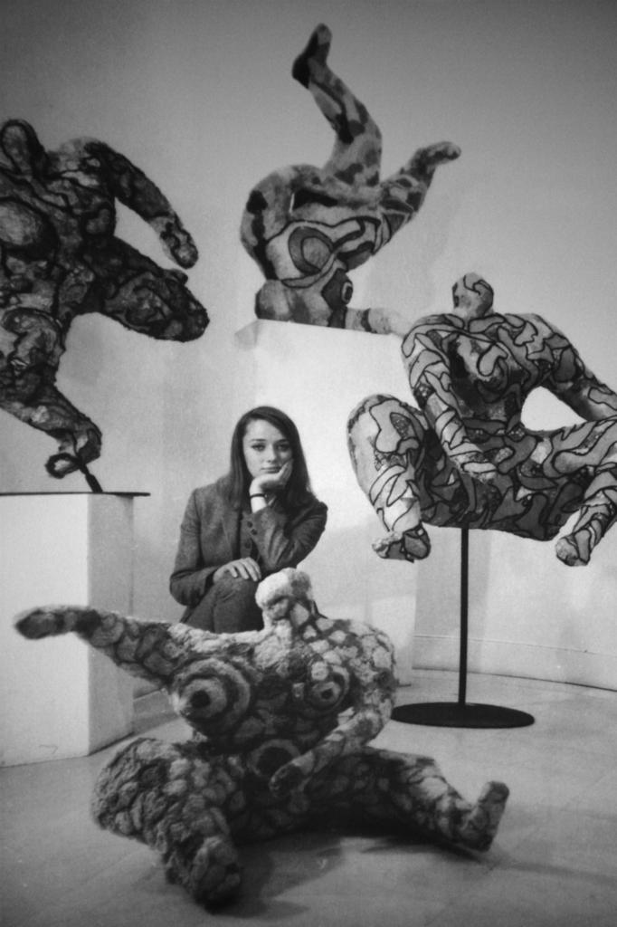 Niki de Saint Phalle ritratta tra le sue Nana nel 1965 - Carefully selected by Gorgonia www.gorgonia.it