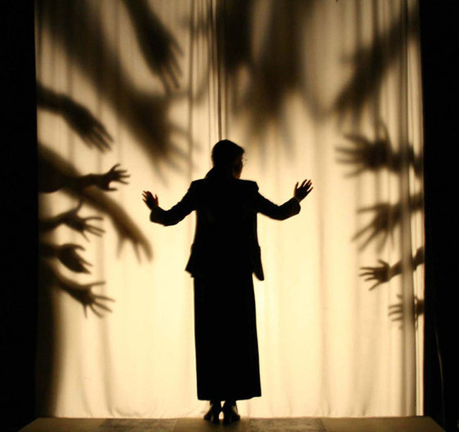 Hands shadows theater by Vahan Badalyan - Carefully selected by Gorgonia www.gorgonia.it