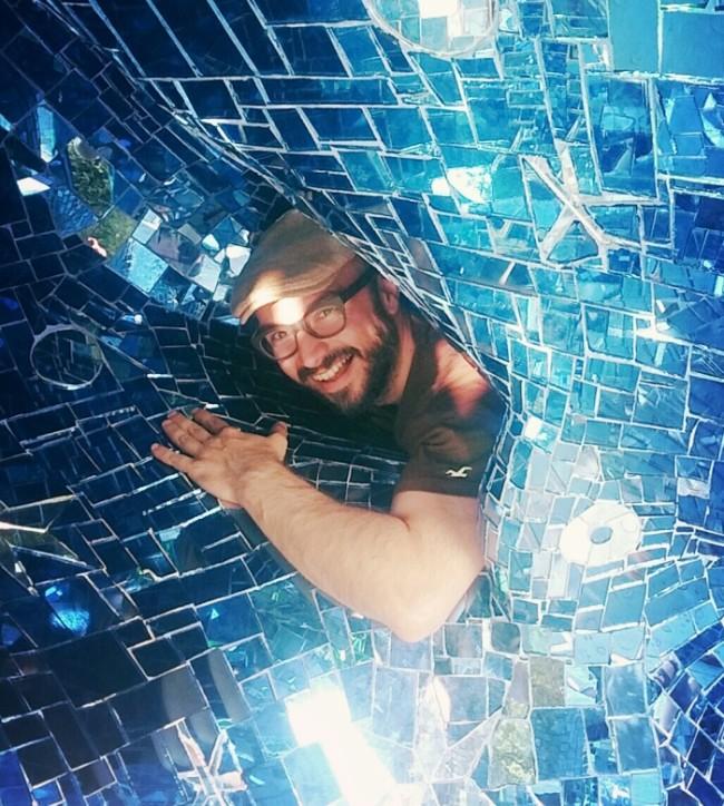 Francesco Catalano tra i mosaici di specchi del Giardino dei Tarocchi di Niki de Saint Phalle - Carefully selected by Gorgonia www.gorgonia.it