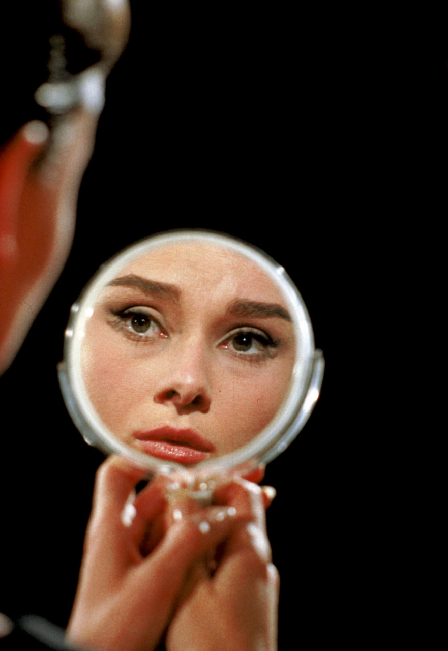 Donne allo specchio: Audrey Hepburn si riflette allo specchio sul set del film Funny Face del 1956 - Carefully selected by GORGONIA www.gorgonia.it