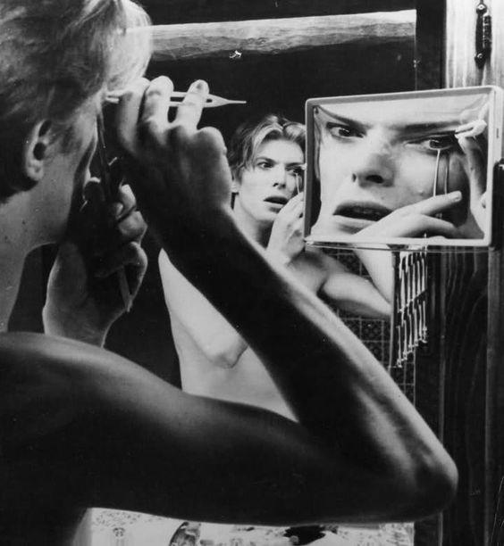 Immagini allo specchio: David Bowie in l'uomo che cadde sulla Terra, 1976 - Carefully selected by GORGONIA www.gorgonia.it