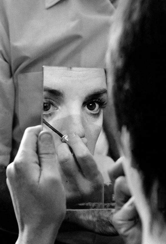 Liza Minnelli allo specchio sul set del film - Carefully selected by GORGONIA www.gorgonia.it