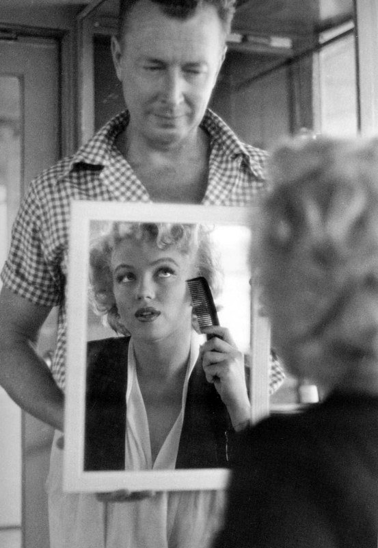"Donne allo specchio: Marilyn Monroe allo specchio sul set del film ""Niagara"" del 1952. Photo by Jock Carroll - Carefully selected by GORGONIA www.gorgonia.it"