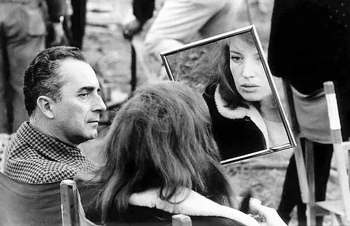 "Donne allo specchio: Monica Vitti si guarda allo specchio insieme a Michelangelo Antonioni sul set del film ""Deserto Rosso"" del 1964 - Carefully selected by GORGONIA www.gorgonia.it"