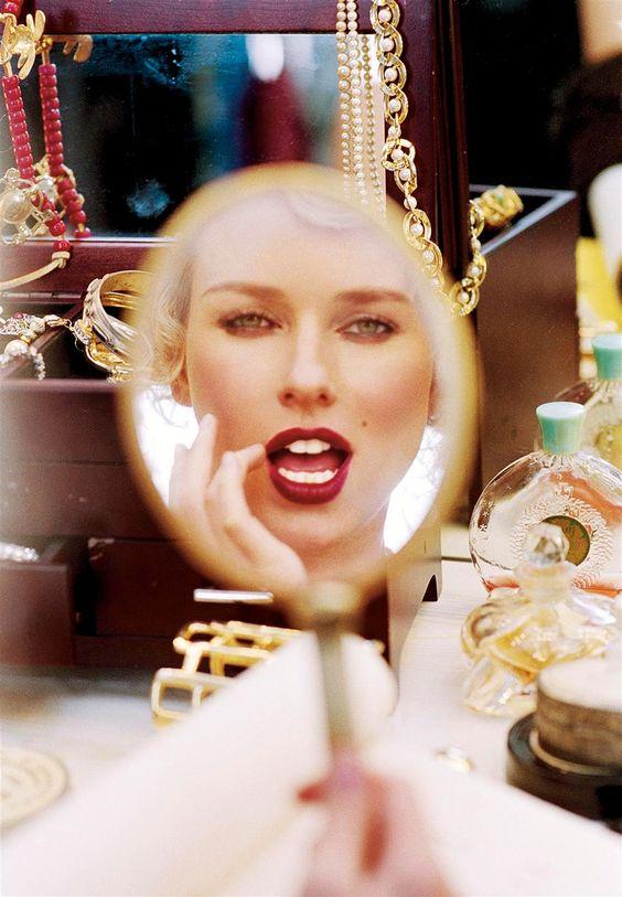 Donne allo specchio: Naomi Watts si riflette allo specchio in una foto di Ellen Von Unwerth - Carefully selected by GORGONIA www.gorgonia.it