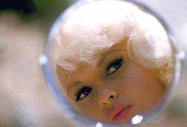 Donne allo specchio: il riflesso di Jayne Mansfield nello specchio in una foto di Bert Stein - Carefully selected by GORGONIA www.gorgonia.it