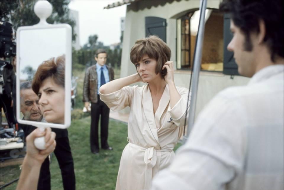 """Donne allo specchio: Jacqueline Bisset si riflette allo specchio sul set del film """"Effetto notte"""" di François Truffaut - Carefully selected by GORGONIA www.gorgonia.it"""