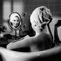 Barbra Streisand in the bathtub, Losa Angeles. Photo by Steve Schapiro - Carefully selected by GORGONIA www.gorgonia.it