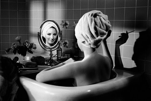 Barbra Streisand in the bathtub, Losa Angeles. Photo by Steve Schapiro - Carefully selected by GORGONIA www.gorgonia.it