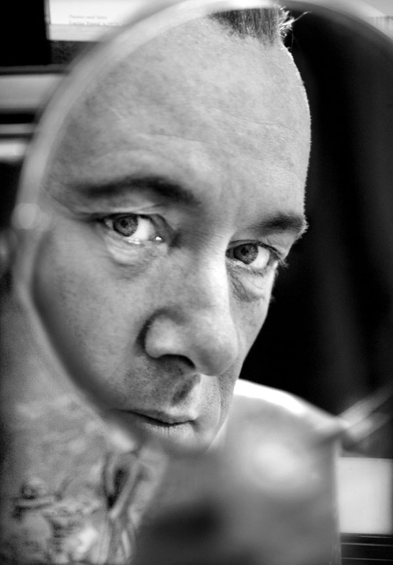 Immagini allo specchio: Kevin Spacey. Photo by Simon Annand - Carefully selected by GORGONIA www.gorgonia.it