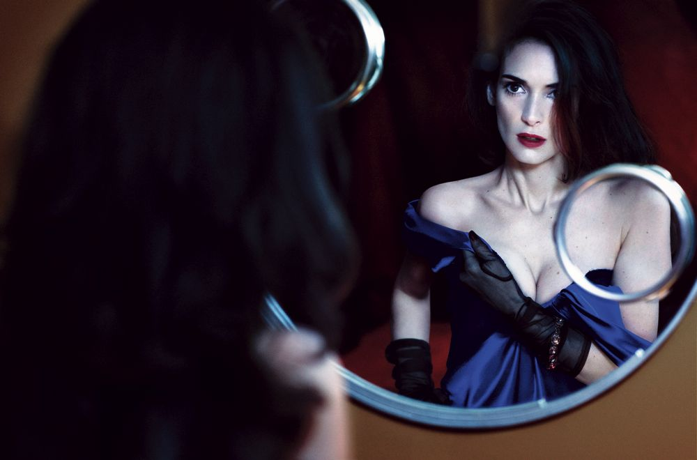 Winona Ryder riflessa nello specchio in una foto di Craig Mc Dean - Carefully selected by GORGONIA www.gorgonia.it